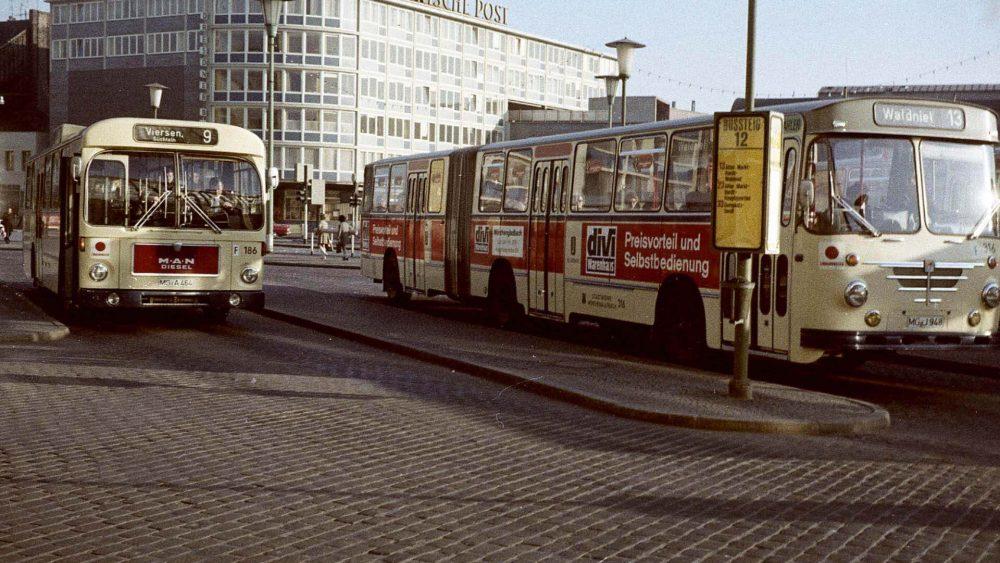 Omnibusse auf dem Mönchengladbacher Bahnhofsvorplatz um 1973/74 (Foto: DSR)