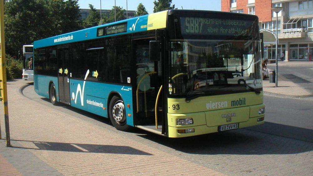 """Die SB87 ist die einzige Überlandlinie der damaligen Niederrheinwerke. Der MAN """"Löwe"""" mit der Wagennummer 93 wird sich gleich auf den Weg nach Kempen-Lobberich begeben. (Foto: HR)"""