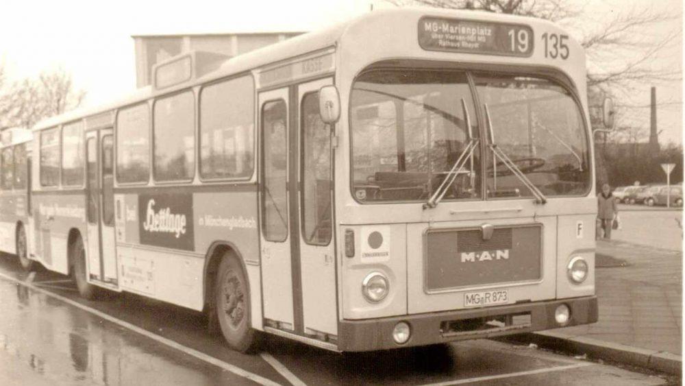 """Wagen 135, MAN 750 HO-SL - der spätere """"Oldie"""" zu seiner aktiven Zeit in der zweiten Hälfte der 1970er Jahre am Rheydter Hauptbahnhof (Foto: Achim Scheil)"""